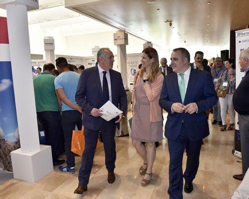 El presidente de AOEC, Antonio García Vidal, la subdirectora de Regulación de Comunicaciones Electrónicas de la CNMC, Virginia Rodríguez, y el director general de Simplificación de la Actividad Empresarial y Economía Digital de la Región de Murcia, Francisco Abril, en la inauguración de AOTEC 2017.