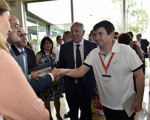 El CEO de Alea Soluciones, Francisco Bonachela, saludando a las autoridades de la CNMC y el Ministerio de Energía, Turismo y Agenda Digital.