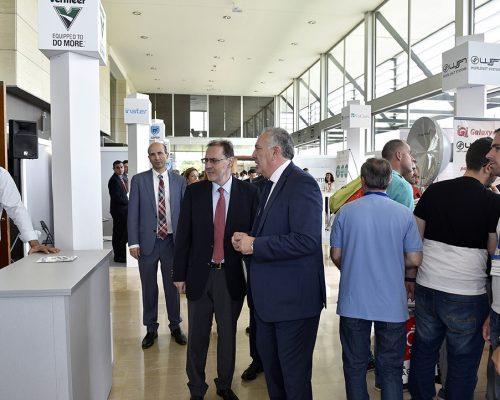 El presidente de AOTEC, Antonio García Vidal, explica cómo funcionan las microzanjadoras de Vermeer al el director del Área de Operadores del Ministerio de Energía, Turismo y Agenda Digital José María Moragón.