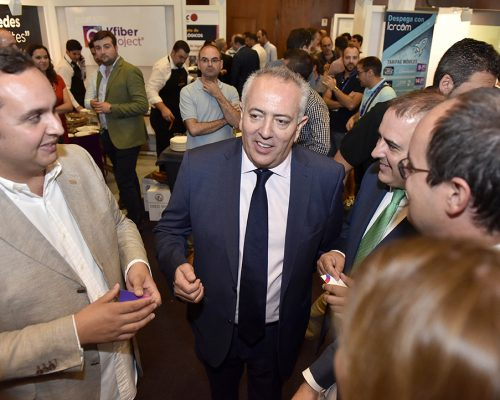 El presidente de AOTEC, Antonio García Vidal, con las autoridades y proveedores durante la inauguración de la muestra.
