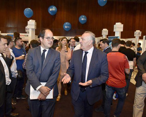 El el subdirector de la Sociedad de la Información de la Dirección de Competencia de la CNMC, Jordi Fornells, atento a las explicaciones del presidente de AOTEC, Antonio García Vidal.