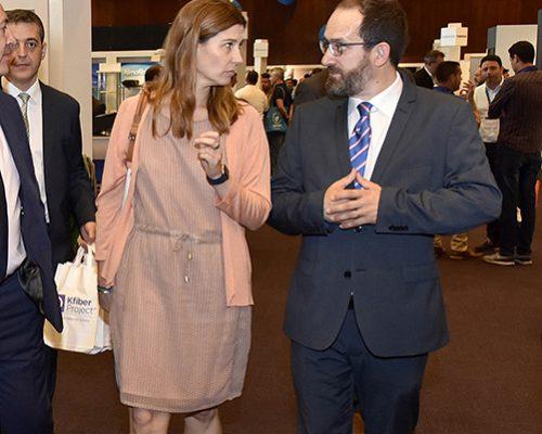 La la subdirectora de Regulación de Comunicaciones Electrónicas de la CNMC, Virginia Rodríguez, intercambia impresiones con el vicepresidente de AOTEC, Francisco Bueno.
