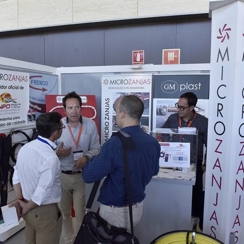 Expertos de la compañía Microzanjas explican a operadores locales las ventajas de este sistema.