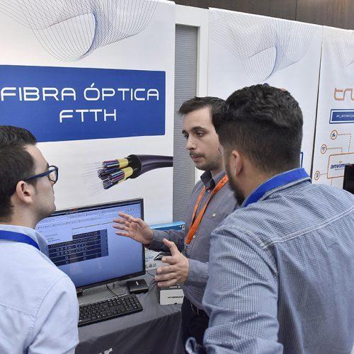 Técnicos de Anvimur explican sus novedades tecnológicas a los operadores locales.