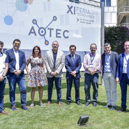 La junta directiva de AOTEC con el director general de Telecomunicaciones de la Junta de Andalucía, Manuel Ortigosa.