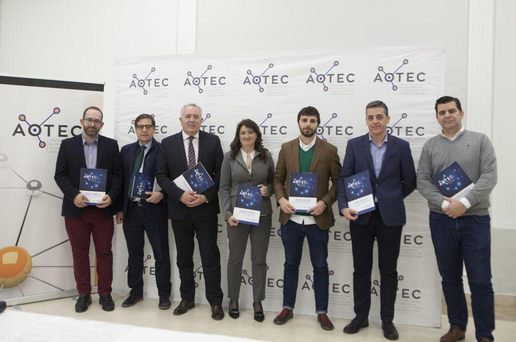 El coordinador del estudio y la junta directiva de AOTEC con el documento durante su presentación.