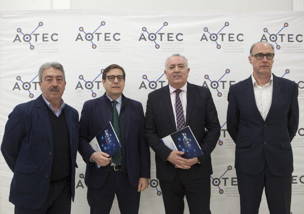 Los presidentes de las asociaciones de Andalucía y Castilla La Mancha junto al autor del estudio y al presidente de AOTEC