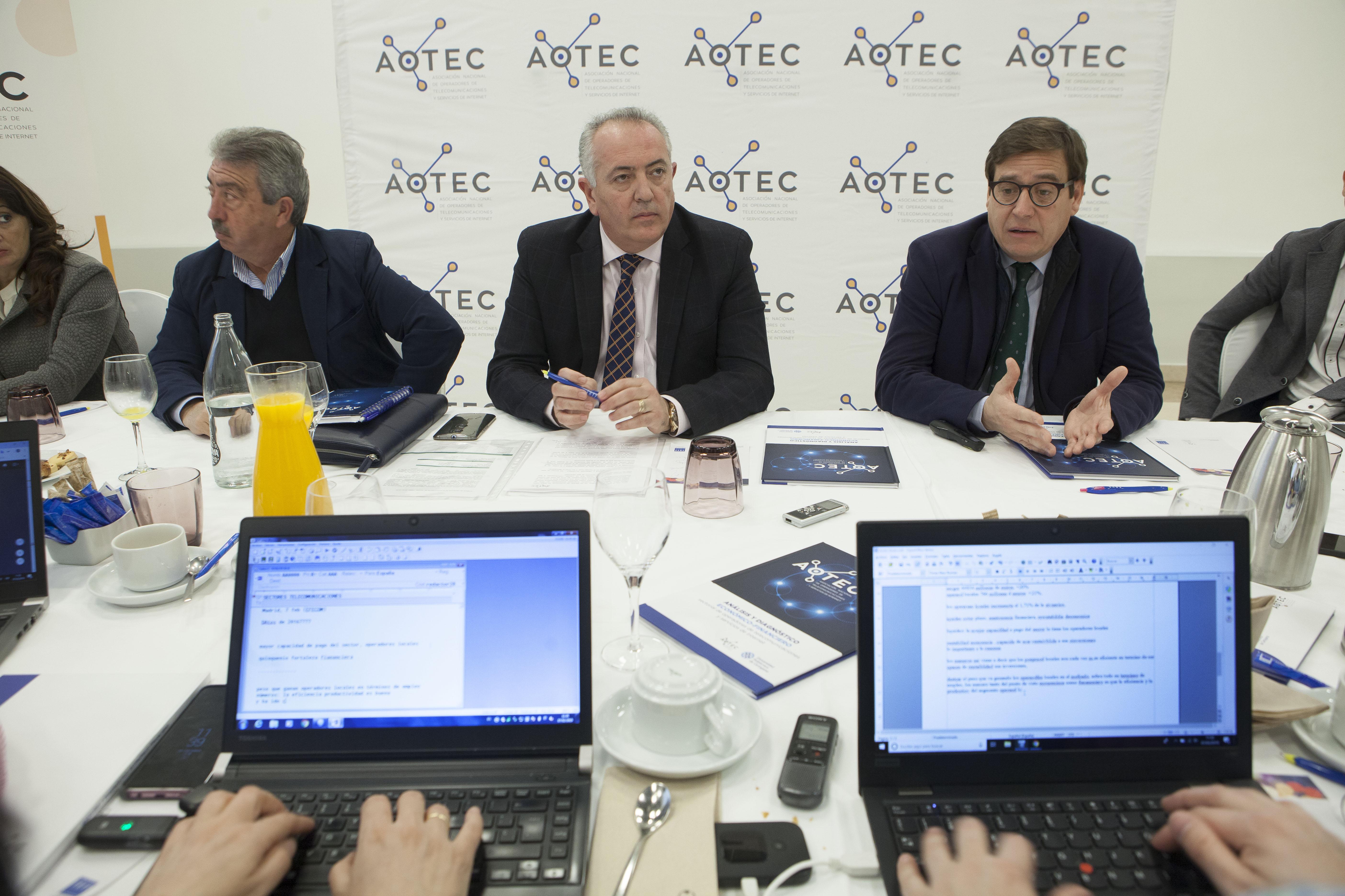Los periodistas recogen los datos facilitados por el presidente de AOTEC, Antonio García Vidal, y el autor del estudio, Antonio Duréndez.