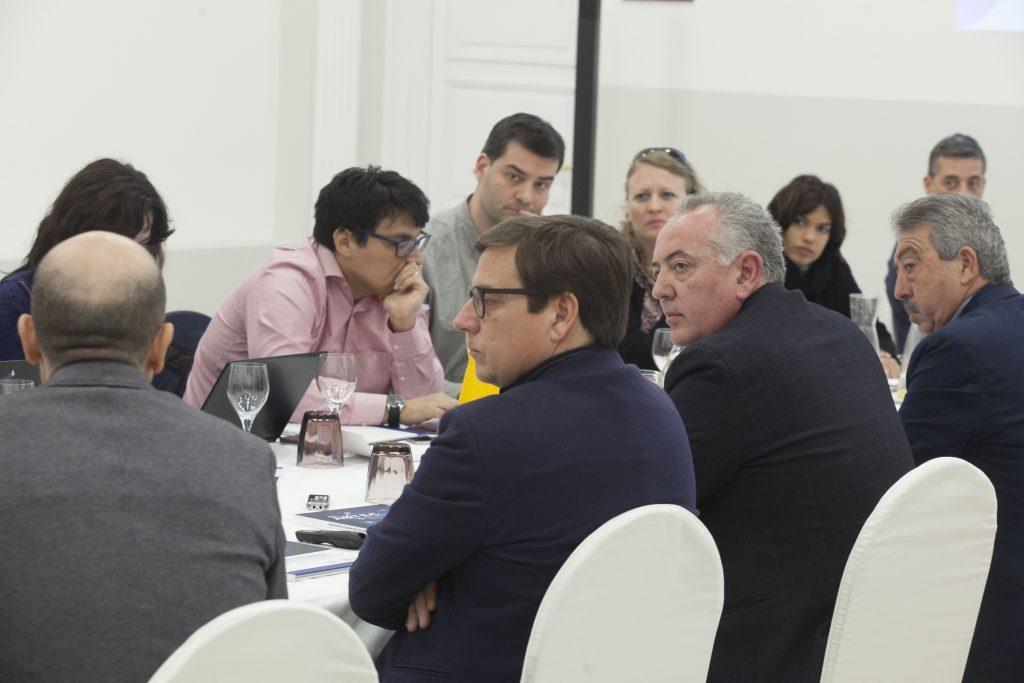El presidente de AOTEC, Antonio García Vidal, y el coordinador del informe, Antonio Duréndez, explican los pormenores del estudio.
