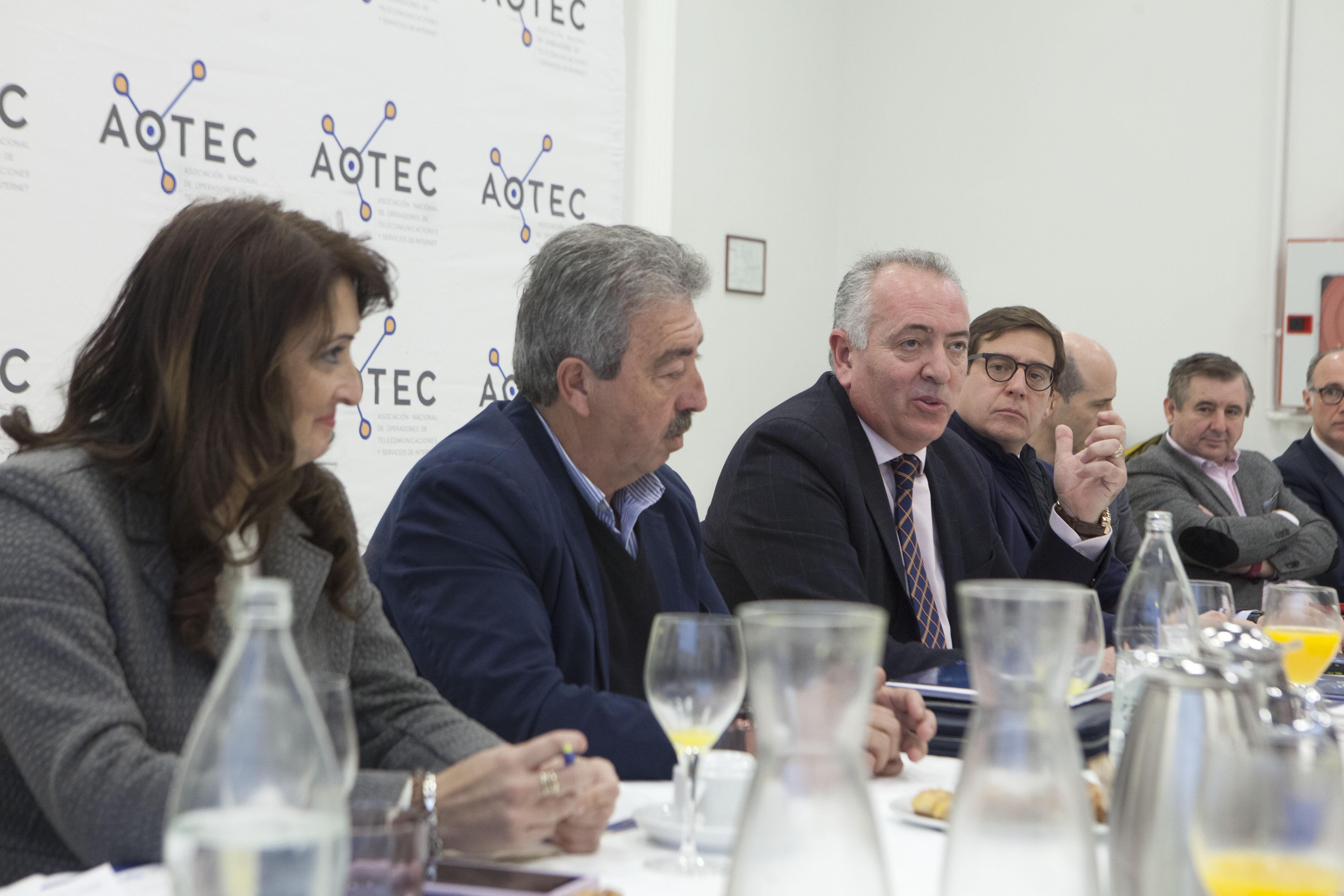 El presidente de AOTEC, Antonio García Vidal, explica el valor del sector en la rueda de prensa de presentación del estudio.