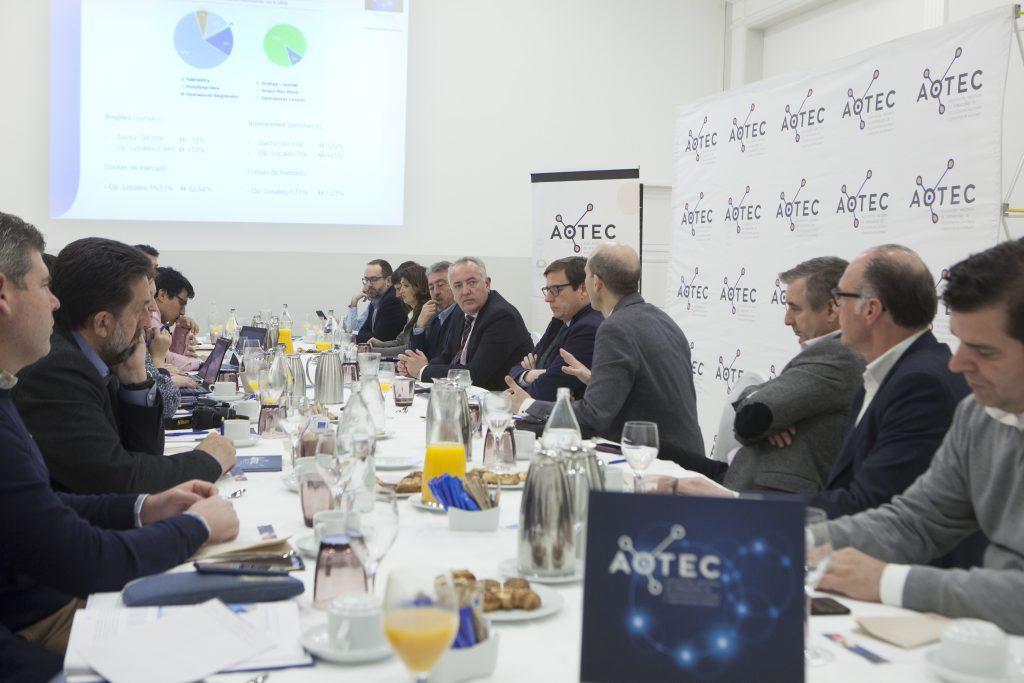 Periodistas atendieron atentos a las explicaciones sobre las dimensiones del sector de los operadores locales de telecomunicaciones.