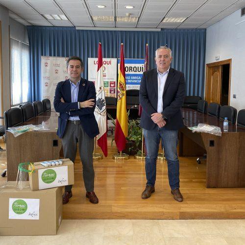 El presidente de Aotec, Antonio García Vidal, entrega máscaras al alcalde de Lorquí y miembro de la FEMP, Joaquín Hernández.